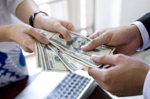 Wajibkah Perusahaan Menerapkan Kebijakan Pinjaman Karyawan?