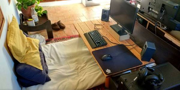 meja kerja agak jauh dengan kasur